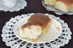 Malutka słodka bułeczka o smaku cynamonowym