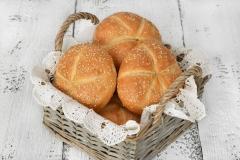 Bułka z sezamem - tradycyjna bułka pszenna z krzyżykiem, posypana sezamem