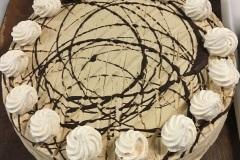 Tradycyjny tort bezowy w kremie kawowym