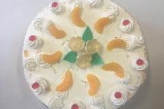 Tradycyjny tort śmietankowy z owocami