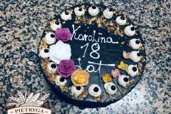 Tradycyjny tort urodzinowy, orzechowy