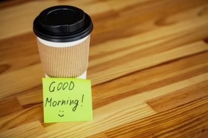 dzien-dobry-czas-na-kawe-kawa-na-wynos-i-fasola-na-drewnianym_118454-2200